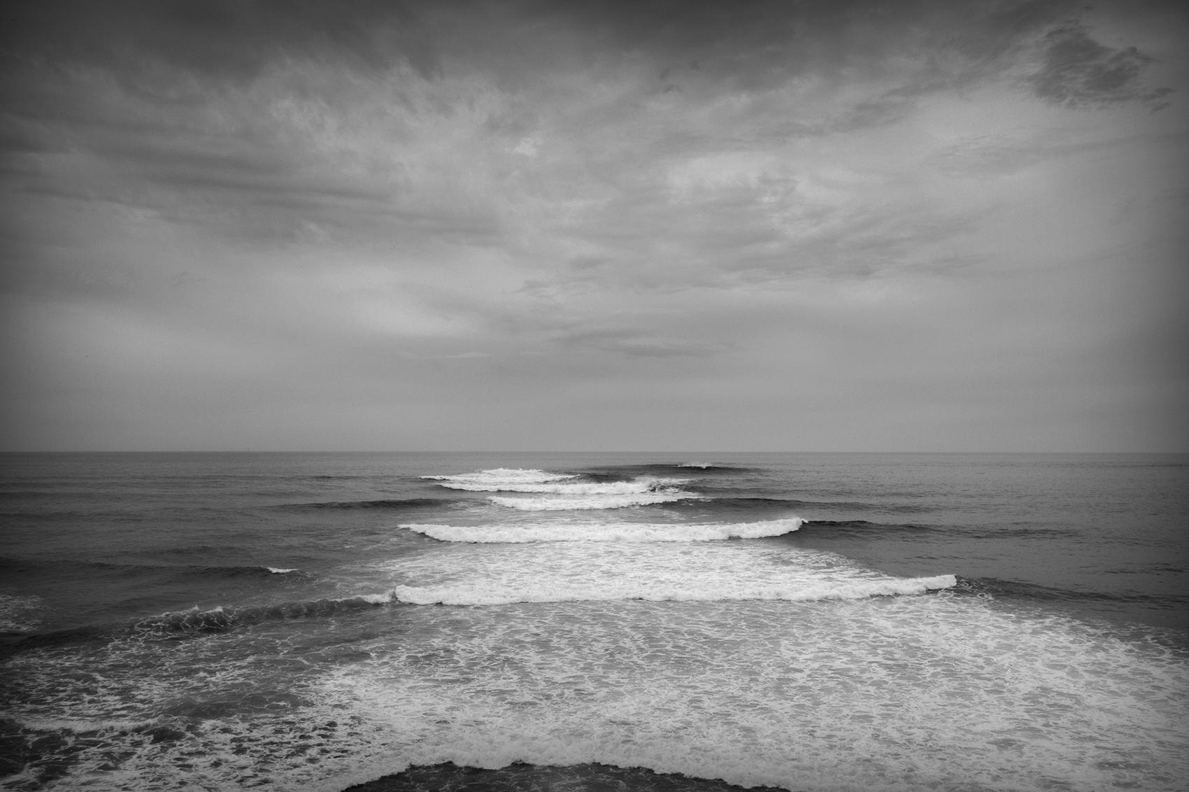 meren aallot särkyvät niemen kärkeen